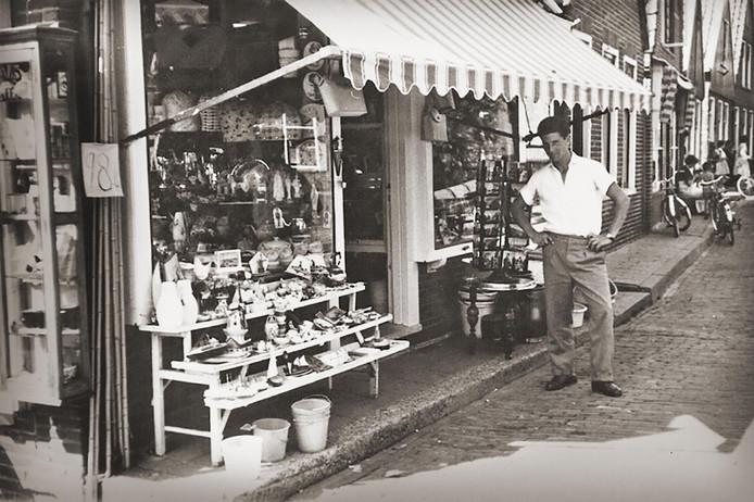 Bart Smit begon in 1967 met de verkoop van speelgoed. Eerst in de winkel van zijn moeder.