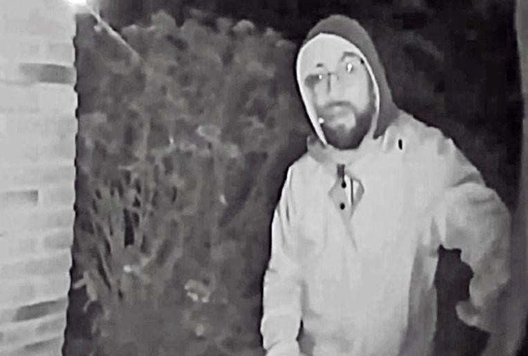 De dader werd gefilmd door een deurbelcamera.