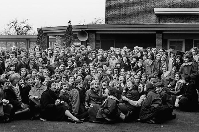 Meisjes van het Theresialyceum houden in 1963 een sitdownstaking.