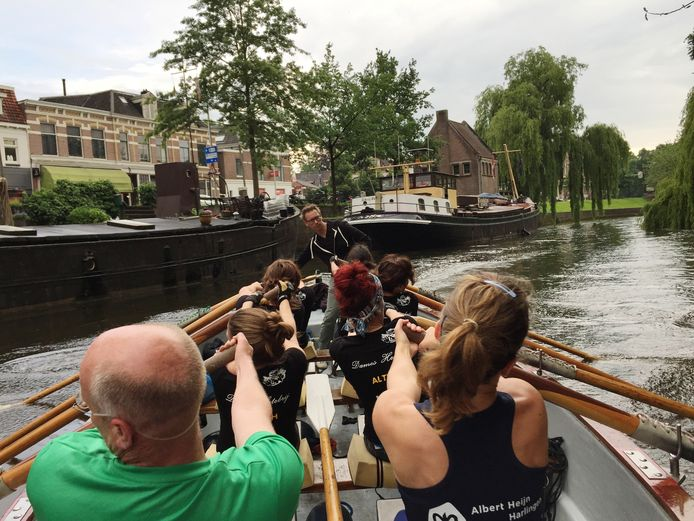 Oefenrondje roeien door de Zwolse stadsgracht. Foto: Sander Lindenburg