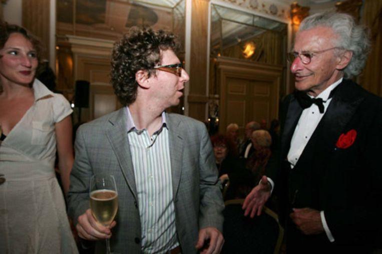 Schrijver Arnon Grunberg krijgt maandagavond de felicitaties van Harry Mulisch. Grunberg heeft de Libris Literatuur Prijs gewonnen voor zijn roman Tirza. (ANP) Beeld