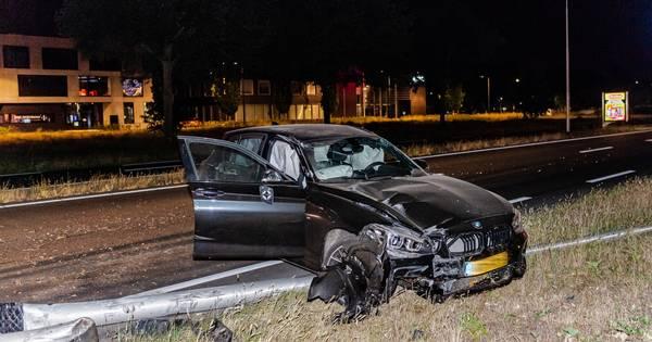 Automobilist met slok teveel op gewond bij botsing op lichtmasten in Tilburg.