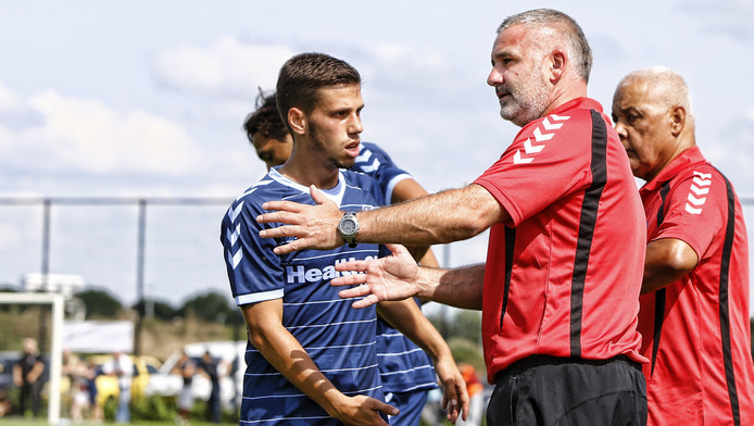 Nando Quesada in gesprek met voormalig FC Utrecht-trainer Rob Alflen.