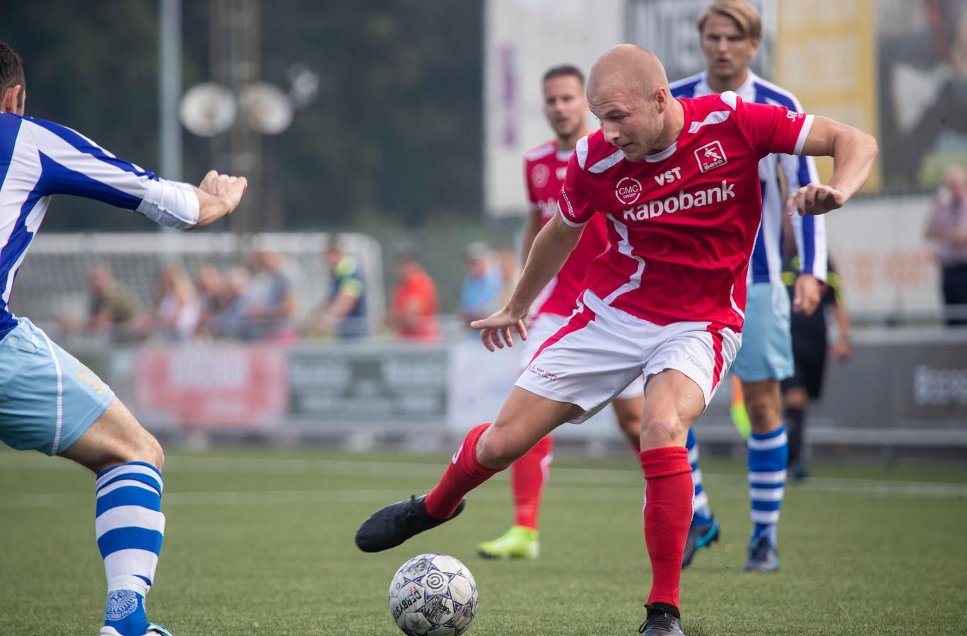 Nick de Bondt (hier op archiefbeeld aan de bal voor DOVO) was één van de spelers die namens de Veenendalers koel bleef vanaf de penaltystip.