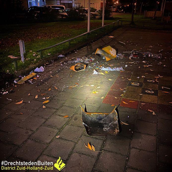 Een vuilnisbak werd door de nog onbekende daders met vuurwerk vernield.
