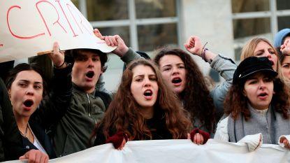 Macron hervormt: gele hesjes plannen nieuw protest en linkse oppositie dient motie van wantrouwen in