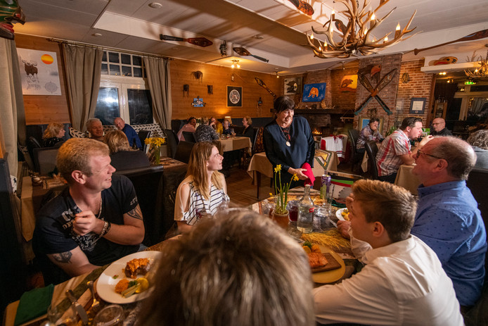 Eigenaresse Yvonne Swarthoff serveert vol enthousiasme haar Canadese gerechten bij Mondani in Lochem.
