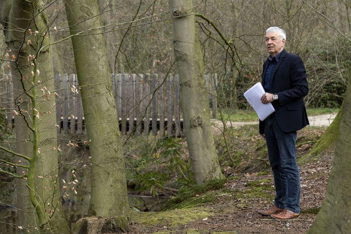 """Dick Schlüter op landgoed Twickel, bij een van de locaties waar de Zes van Hengelo mogelijk ter dood zijn gebracht. """"Het speelt nog steeds in veel families van de slachtoffers."""""""