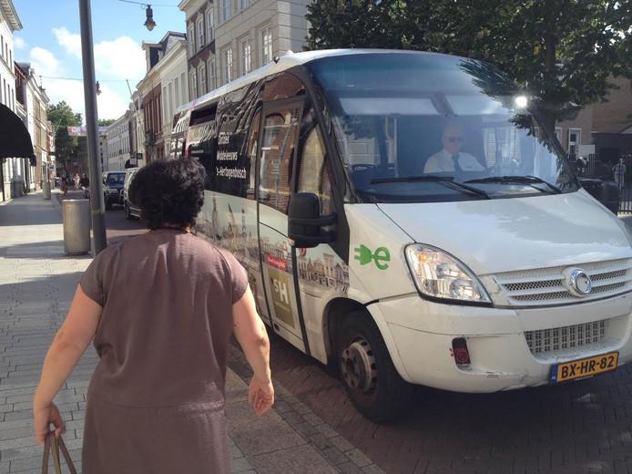 Mevrouw Karyan stapt in de elektrische bus