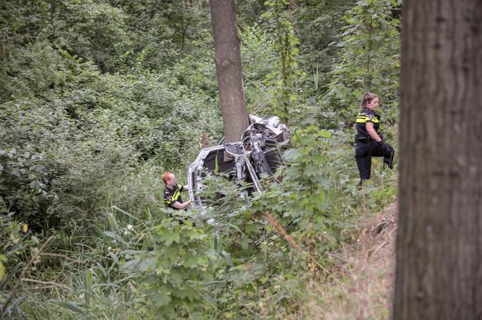 Een bestuurder raakte bekneld, nadat zijn auto op de Beerzerweg in Ommen twee bomen raakte.