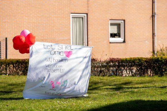 Een spandoek voor een oma aan een Nederlands woonzorgcentrum, ter illustratie.