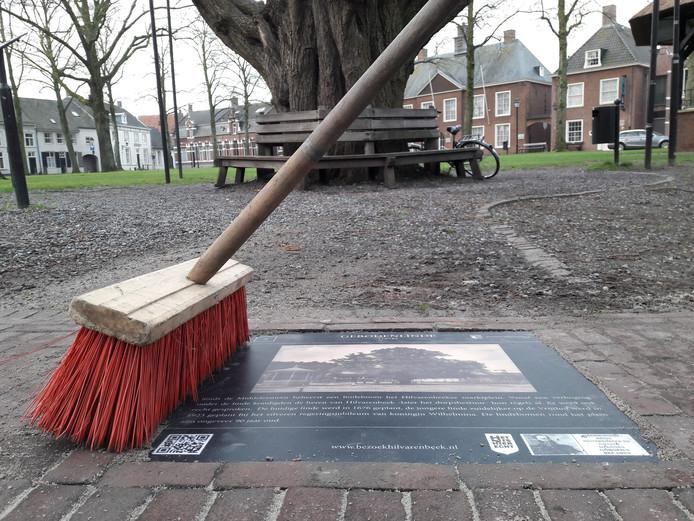 Attentietegel van de geboden linde op de Vrijthof in Hilvarenbeek.