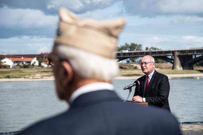 VS-ambassadeur Pete Hoekstra speecht tijdens de onthulling van de plaquette.