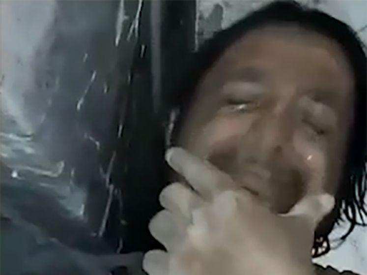 Bloqué sous les décombres, il filme son dernier message