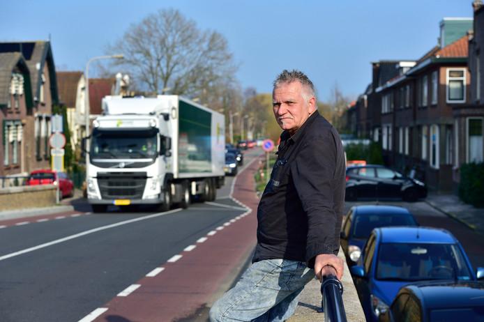 'Levensgevaarlijk' vindt Bertus van der Meulen het zware verkeer op de Brugweg in Waddinxveen.