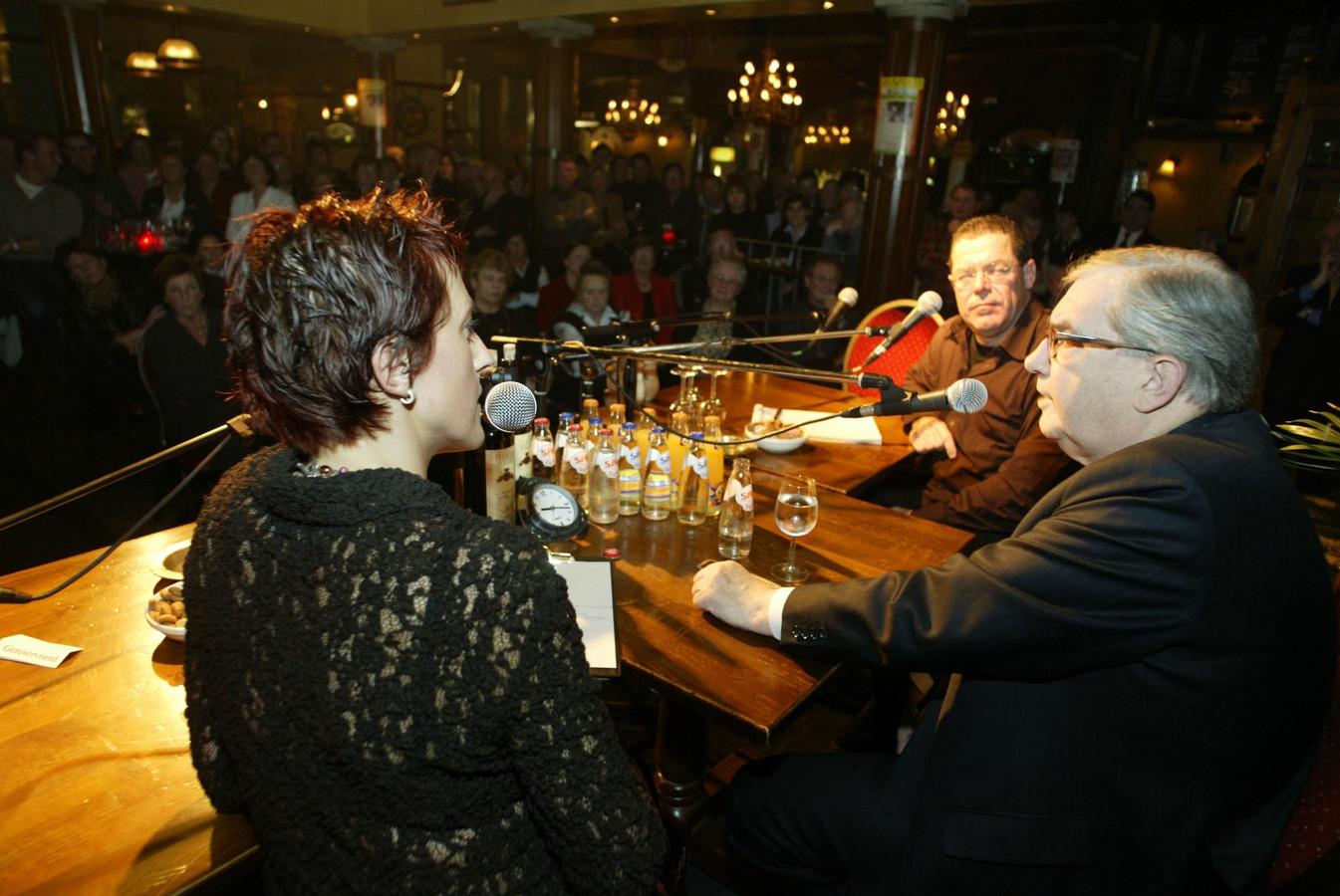 Hans Gruijters (rechts) was in 2002 te gast bij de talkshow Chat in zijn geboortestad. Hij werd ondervraagd door Ingeborg Odekerken en Martien Naus.
