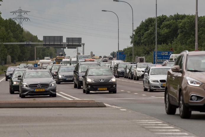 Wachtende auto's voor kruising Deltaweg richting Zierikzee.