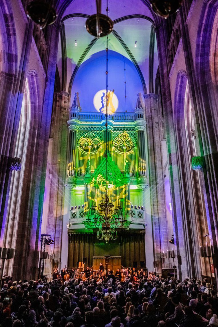Het orkest ONCEIM in de verlichte Domkerk. Beeld Ben Houdijk
