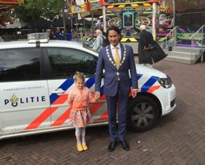 Rosa met burgemeester Harald Bergmann op de kermis in Middelburg.