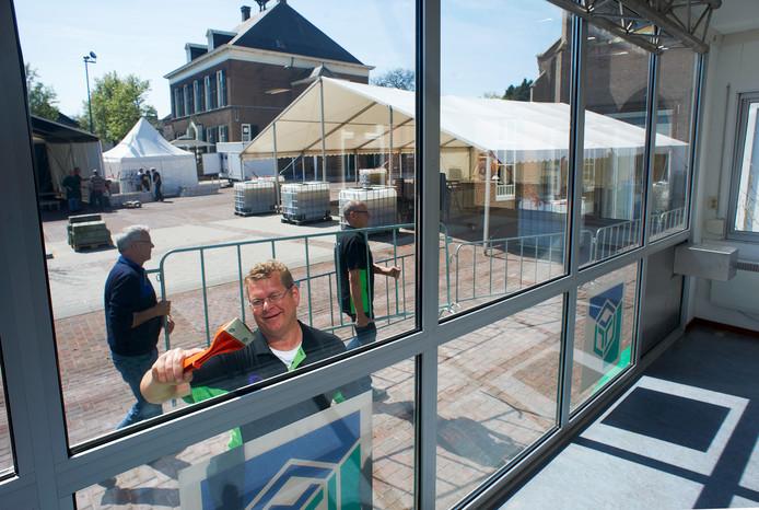 De zondag overleden Henk Merx op het kerkplein in Zeeland in actie als voorzitter van Stichting Project.