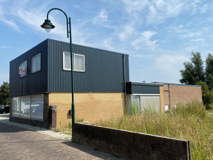 De appartementen aan het Schouteneinde komen op de plek waar tot voor kort een tweedehandswinkel was gevestigd.
