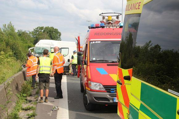 De brandweer moest de chauffeur uit zijn bestelwagen bevrijden.