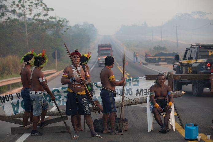 Een wegblokkade door leden van de Kayapo, een inheemse stam in Brazilië.