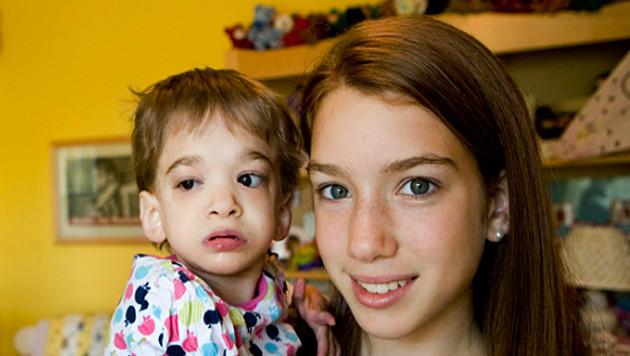 Brooke Greenberg (l) met haar zus Carly.