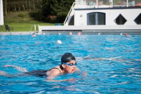 Hetty Smit trekt haar eerste baantjes van het nieuwe buitenzwemseizoen in bad Klarenbeek.