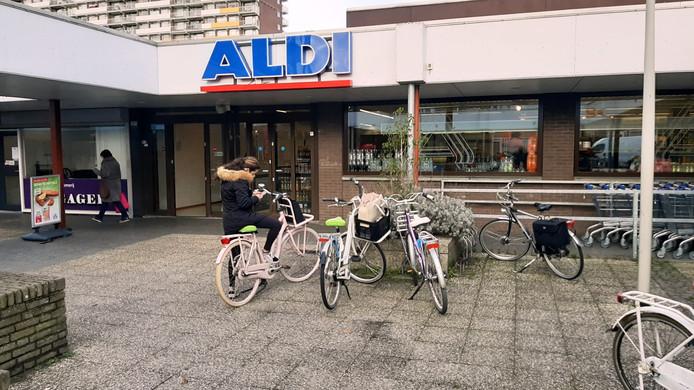 Aldi in winkelcentrum De Gagel. De discounter wil deze winkel sluiten. En zich in De Zeeland vestigen.