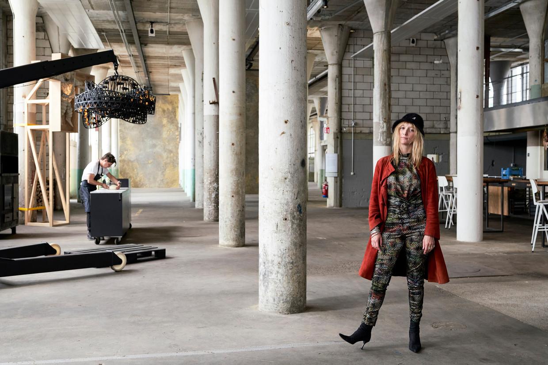 Cristel Ball: 'Op de achterste wand is het kunstproject Still Life van studio RAAAF te zien. Het zijn grote messing platen, geïnspireerd op het munitieverleden van het gebouw. De platen schuiven heel langzaam heen en weer door de ruimte.' Beeld null