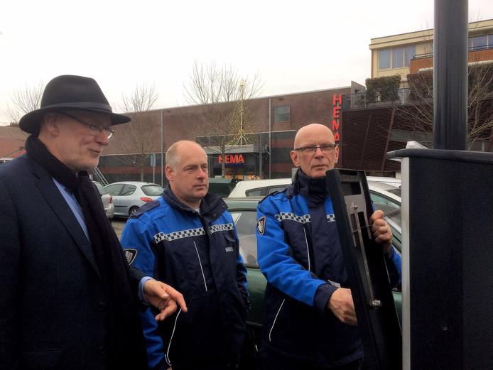 Parkeermedewerkers dekten woensdagmiddag alle parkeerautomaten af met kappen.