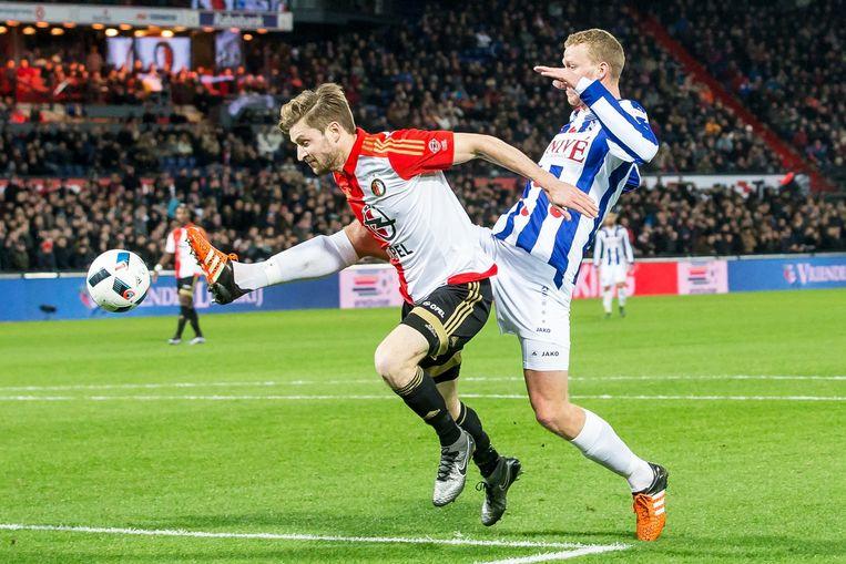 SC Heerenveen speler Henk Veerman in duel met Jan- Arie Van der Heijden. Beeld anp