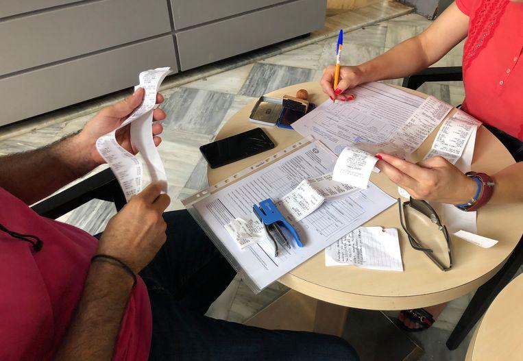 De Griekse belastinginspecteurs controleren de bonnetjes. Beeld Thijs Kettenis
