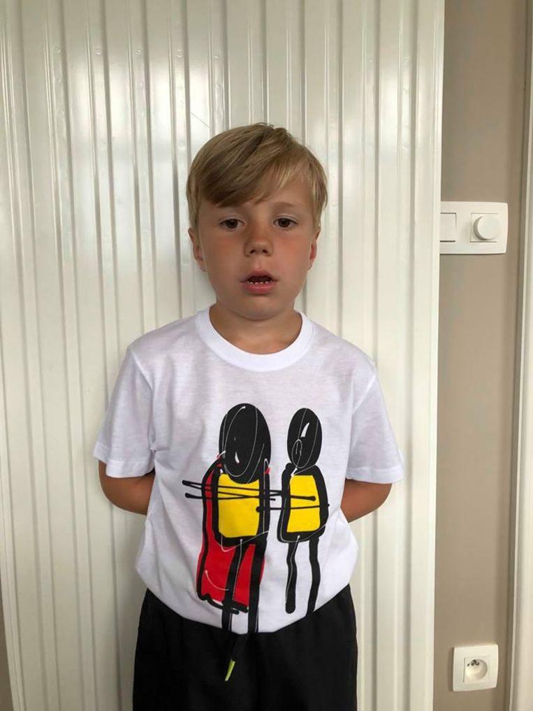 Broer Beau is de fiere ontwerper van de tekening op het T-shirt.