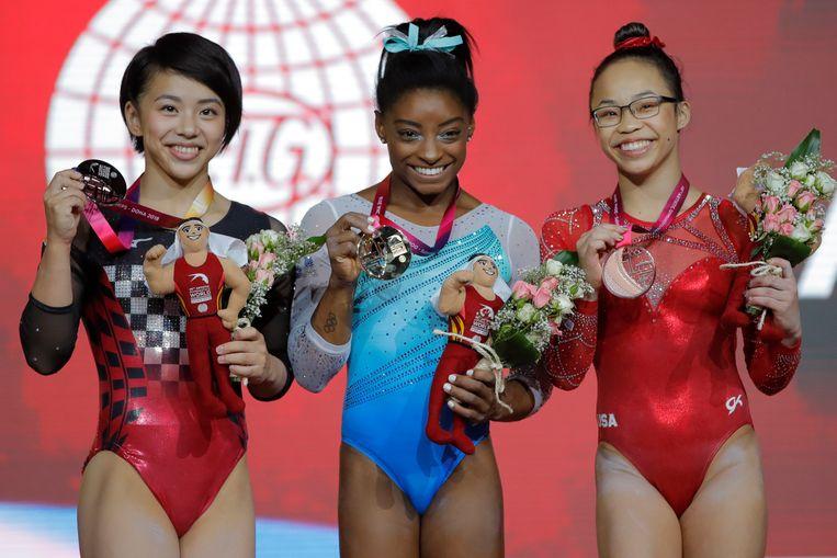 Simone Biles wint vierde wereldtitel op de vierkamp en poseert in Doha samen met de Japanse Mai Murakami (zilver) de Amerikaanse Morgan Hurd (brons). Beeld AP