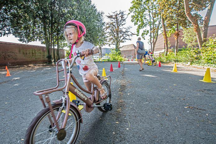 Feliz Ottevaere oefent met haar gloednieuwe fiets.