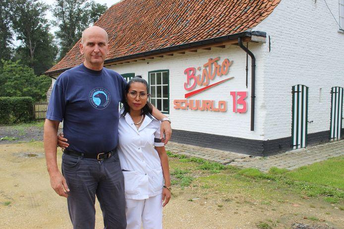 Johan Teerlinck en zijn vrouw Atchara Saesanthia in Schuurlo in Sint-Maria-Aalter bij Aalter.