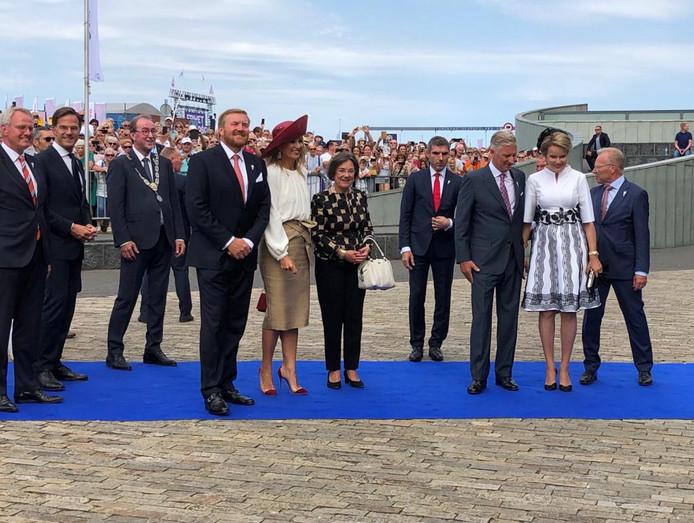 De koninklijke gasten arriveren bij het Scheldetheater.