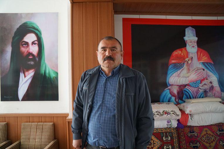 Nurettin Aksoy in zijn cemevi in Çorum. Beeld Melvyn Ingleby