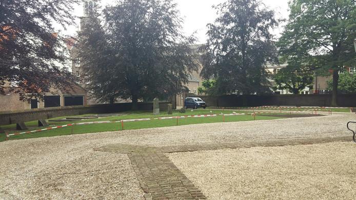 De werkzaamheden in de kerktuin bij het kerkgebouw van de Hervormde Gemeente in de vesting Heusden zijn bijna afgerond.