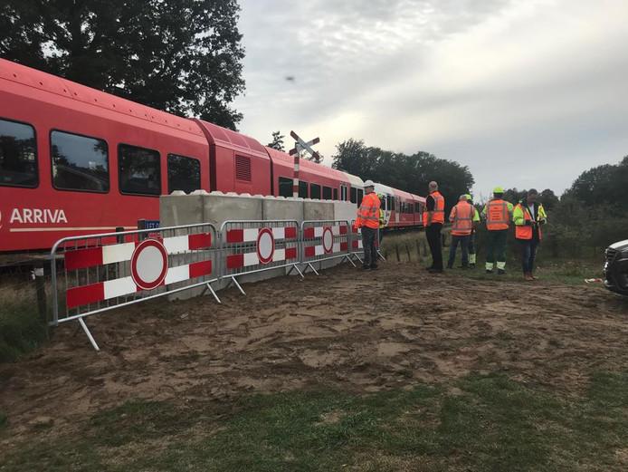 Betonnen blokken blokkeren de spoorwegovergang in Winterswijk.