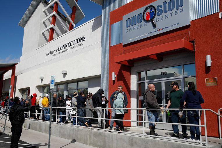 Amerikanen in de rij voor de aanvraag van een werkloosheidsuitkering in het One-Stop Career Center in Las Vegas.
