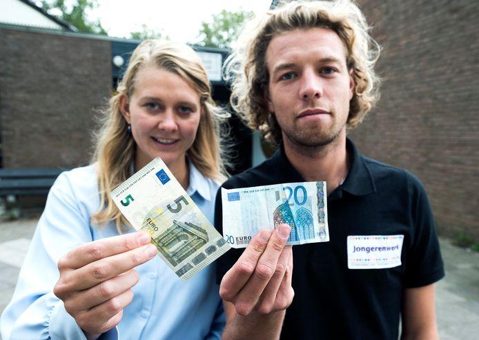 Jongerenwerker Mark van Breukelen helpt jeugd met budgetteren. Links Marieke van den Berg, projectleider armoedeaanpak van gemeente De Ronde Venen