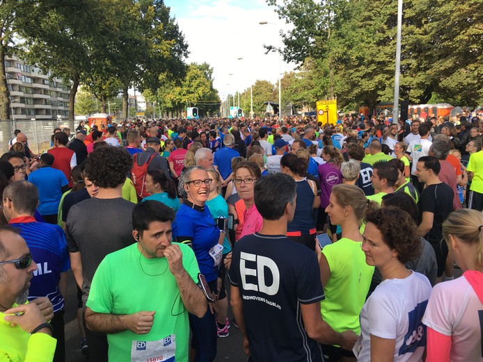 Deelnemers aan de 10 kilometer staan klaar voor de start.