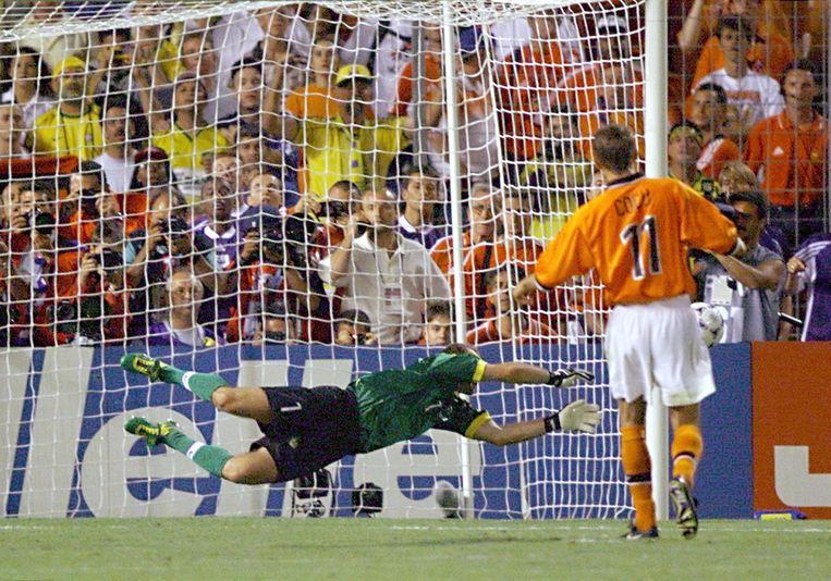 Phillip Cocu mist zijn penalty tijdens de verloren halve finale van het WK-voetbal in 1998. Beeld afp