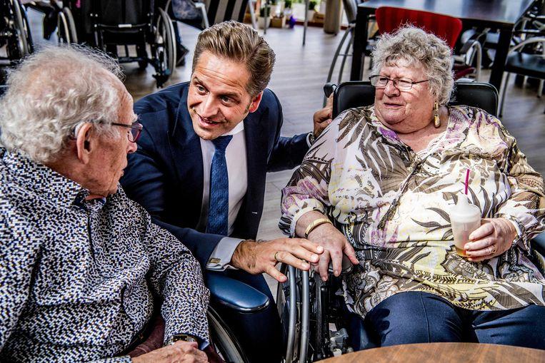 Minister Hugo de Jonge (Volksgezondheid) met bewoners van verpleeghuis De Kreek in 's Gravenzande.  Beeld ANP