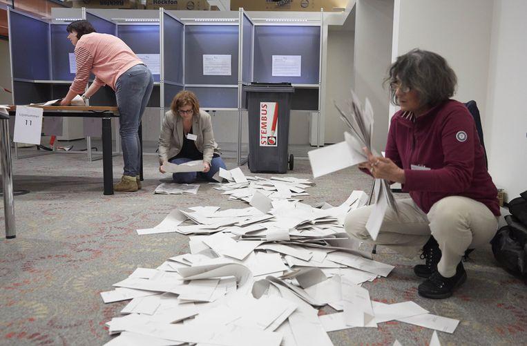Op het het gemeentehuis van Alphen aan de Rijn worden de stemmen geteld. Beeld anp