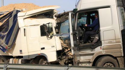 Trucker rijdt in op file en overlijdt: E34 richting Antwerpen uren versperd in Kemzeke
