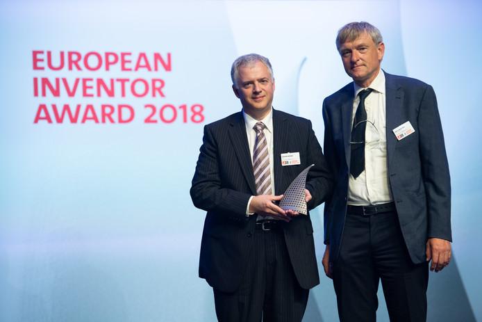Erik Loopstra (rechts) en Vadim Banine bij de uitreiking van de  European Inventor Award 2018.